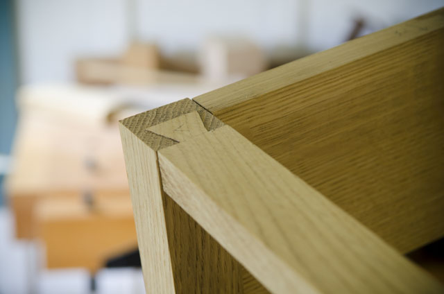 lap dovetail leg of a Shaker end table in figured white oak with ammonia fuming for woodworking plans
